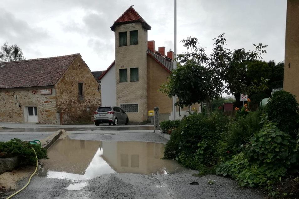 Seit gut einem Jahr sammelt sich bei Regen das Wasser in einer Anwohnerstraße nahe der Jenkwitzer Ortsdurchfahrt. Nachdem Anwohner sich deshalb beschwert haben, will die Gemeindeverwaltung reagieren.