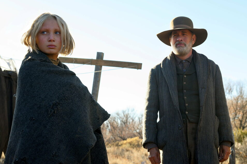 """Helena Zengel und Tom Hanks in einer Szene aus """"News of the World""""."""