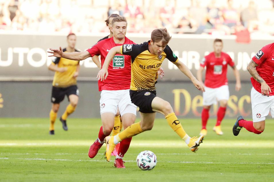 Dynamos Patrick Weihrauch behauptet sich gegen Elias Huth. Der Neuzugang ist es auch, der mit seinem Eckball die Führung einleitet.