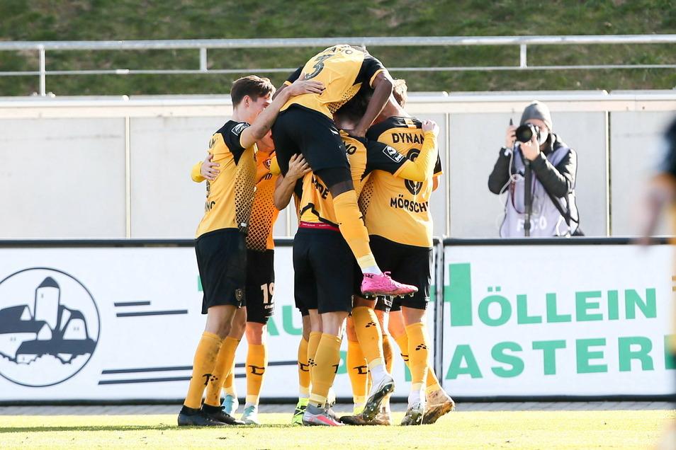 Dynamo jubelt nach dem Führungstreffer durch Pascal Sohm. Die Dresdner haben sich die Führung erarbeitet.