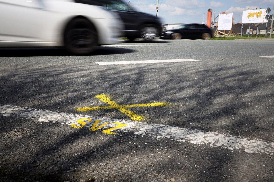 Solche gelben Kreuze sind derzeit an vielen Stellen zu finden: als Markierung für die Straßenverkehrszählung.