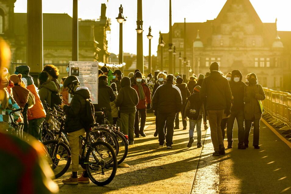 Auf der Augustusbrücke drängeln sich Weltcup-Schaulustige und Spaziergänger mehr, als im Corona-Lockdown gut ist.