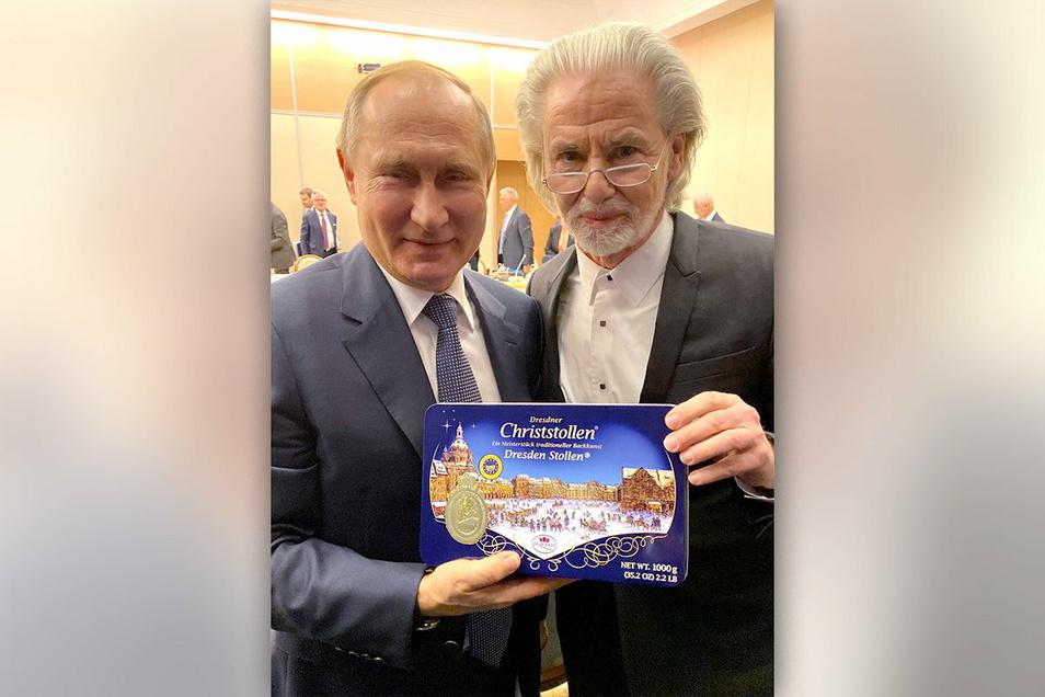 Süße Erinnerung an seine Zeit in Dresden. Russlands Präsident Wladimir Putin bekommt von Lambertz-Inhaber Hermann Bühlbecker (v.i.) 2019 in Sotschi einen Christstollen aus dem Haus Dr. Quendt.