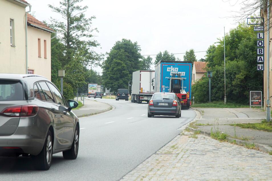 Immer wenn der Autobahntunnel gesperrt ist, ergießt sich der Verkehr durch Nieder Seifersdorf. Die Einwohner haben das satt, zumal dem anderen dadurch gebeutelten Ort Kodersdorf in einigen Jahren der Bau einer Umgehungsstraße winkt.