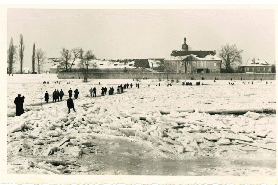 """Im Februar 1929 war die Elbe zugefroren. Der Fährmeister steckte kurzerhand einen Weg über den Fluss ab – und verlangte """"Wegegeld""""."""