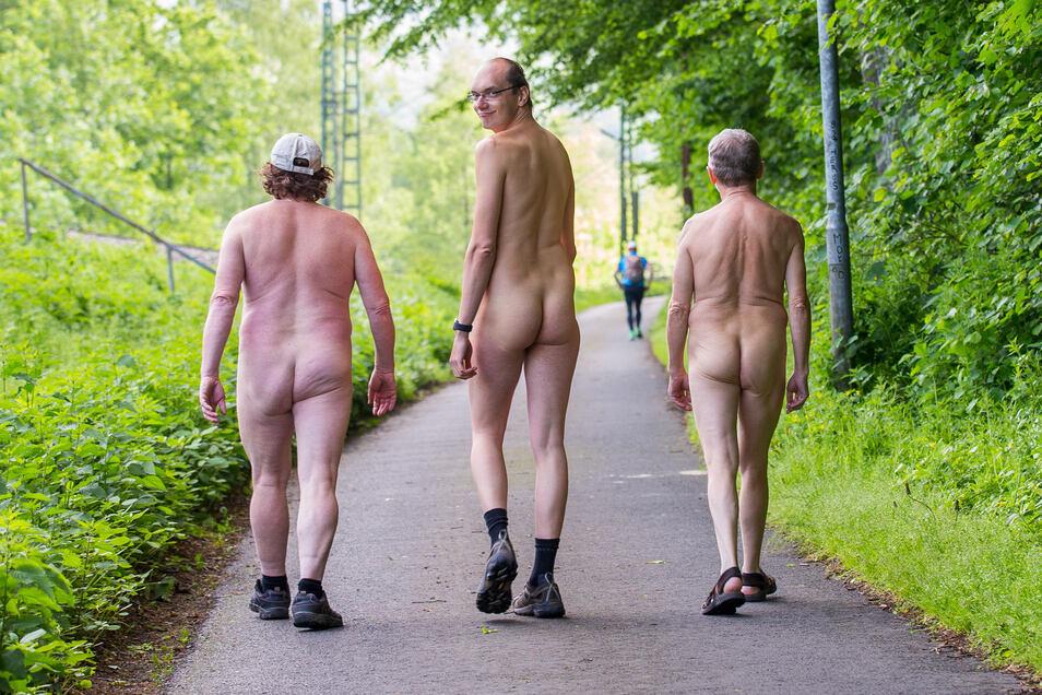 Martin Nitsche (Mitte) von den Naturisten wandert mit zwei weiteren Männern nackt durch die Sächsische Schweiz.