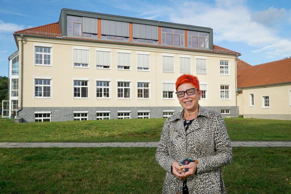 Erst vor einigen Monaten wurden im Dachgeschoss der freien Oberschule Großdubrau vier neue Unterrichtsräume fertig. Schulleiterin Tina Koppatsch unterrichtet dort gern, wünscht sich aber noch mehr Platz für ihre Schule.