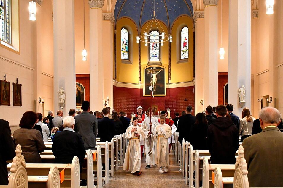 Firmung in der katholischen Heilig-Kreuz-Kirche in Görlitz 2020 unter Coronabedingungen mit Abständen.