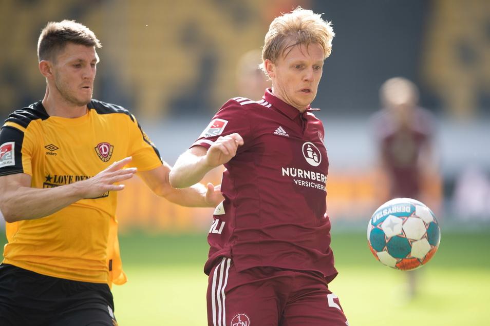 Robin Becker hat gegen Nürnbergs Mats Möller Daehli das Nachsehen.