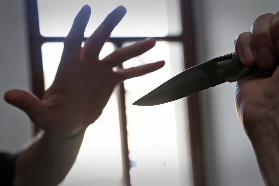 Auf einem Parkplatz wurde ein mann mit einem Messer bedroht. (Symbolbild)