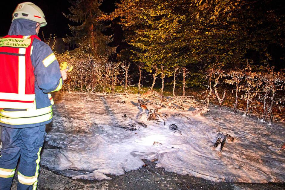 Der Holzpavillon der Raucherinsel wurde durch das Feuer komplett zerstört.