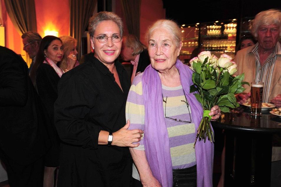 Katerina Jacob und ihre Mutter Ellen Schwiers bei der Altweiberfrühling Theater Premiere 2015.