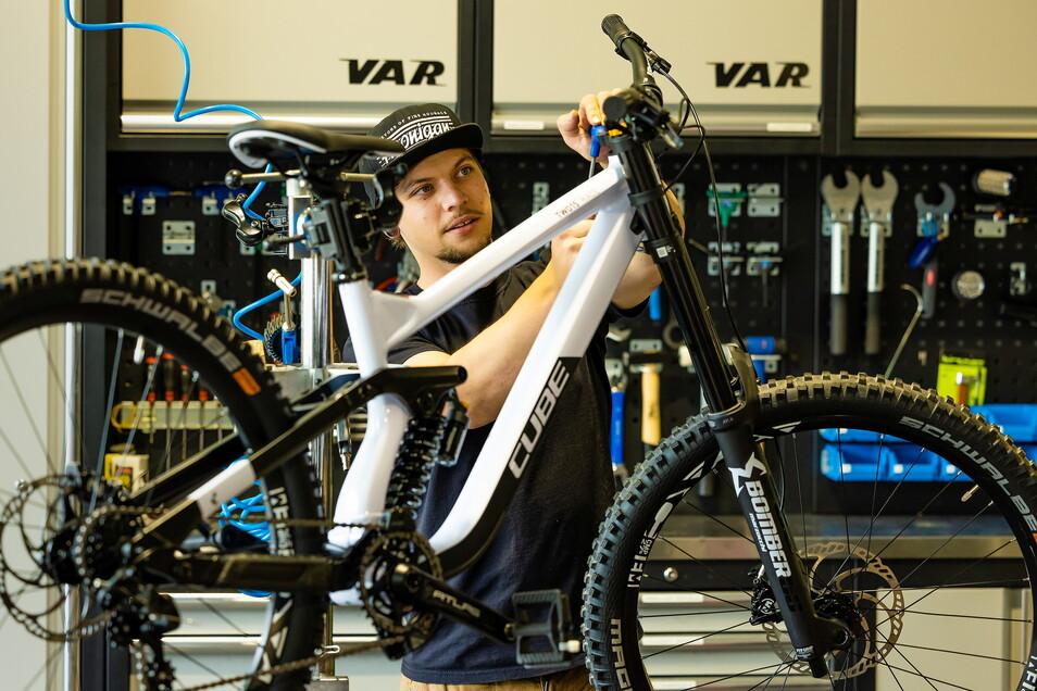 David Liebe aus Freital kontrolliert den Steuersatz am Fahrrad. In seiner Freizeit fährt der Fahrradmechaniker auch selbst gern mit dem Mountainbike. Mit dem Verein Birkenwäldchen e.V. hat er in Freital einen Bike-Park geschaffen.