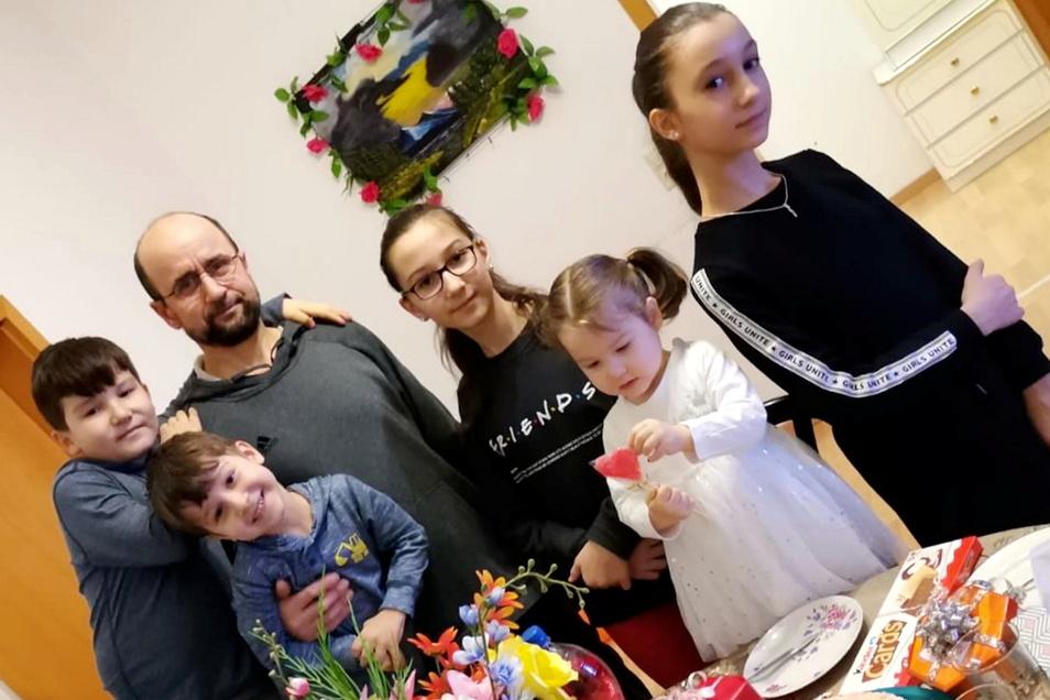 Ein Foto eines Familienfestes aus besseren Zeiten bei der georgischen Familie Pareulidze-Gardasvili in Meißen. Mittlerweile sind Eltern und Kinder nach Georgien ausgeflogen worden.