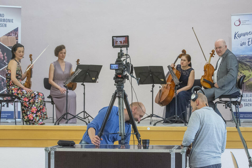 Bereit zur Aufnahme? Bei der Elbland-Philharmonie warten Yoko Yamamura-Litsoukov, Zofia Konieczna, Katalin Orban und Vladimir Litsoukov (v.l.) darauf, dass Marco Branig (M.) und Mario Teich von Riesa-TV ihre Technik parat haben.