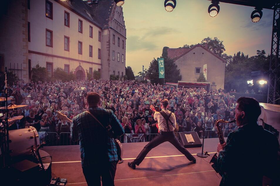 Modellprojekt Firebirds-Festival: So viel wurde lange nicht vor Bühnen gekuschelt, getanzt und gefeiert, wie am ersten Juliwochenenden auf Schloss Trebsen - ganz ohne Mundschutz und Sicherheitsabstand.