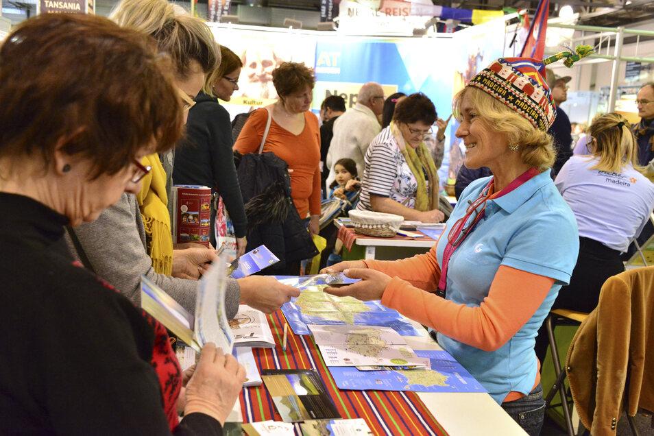 Reiseveranstalter und Reiseleiter aus aller Welt stehen den Besuchern Rede und Antwort.