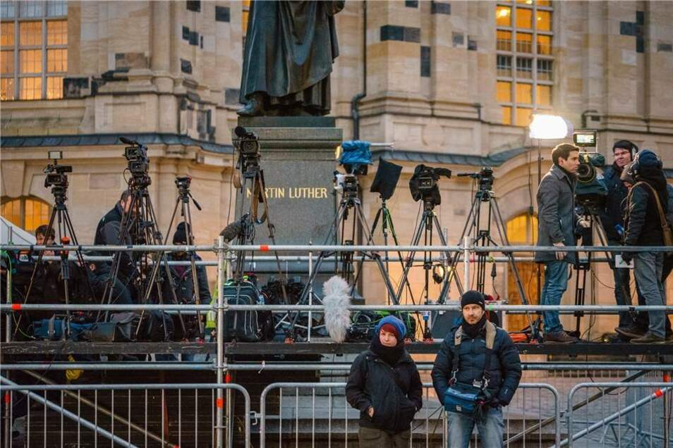 Dutzende Kamerastative stehen auf der Medienbühne vor dem Lutherdenkmal bereit.