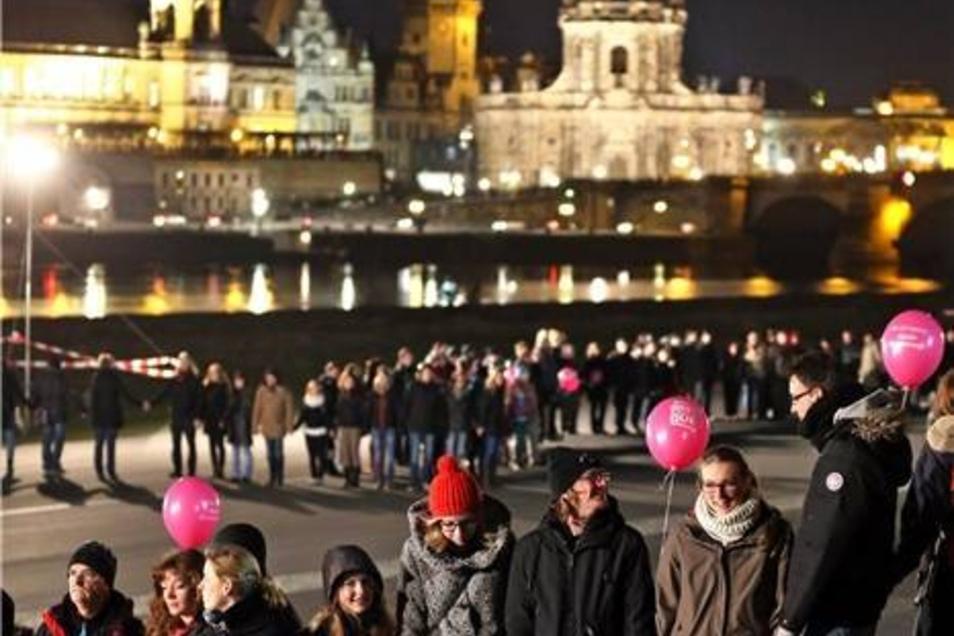 Die Kette soll  ein Zeichen gegen den Missbrauch des Jahrestags der Bombardierung durch Neonazis setzen.