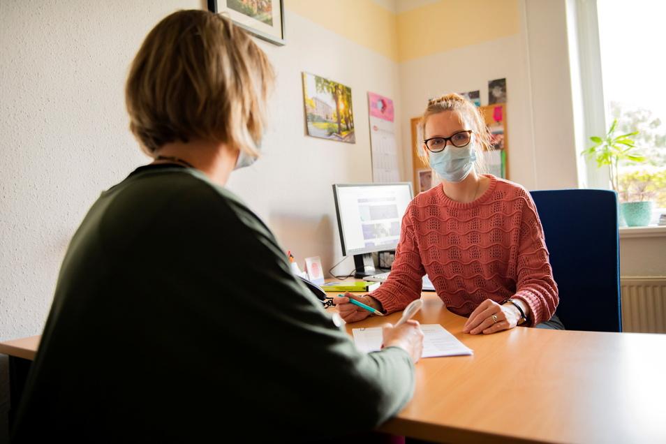 Tumorberaterin Karoline Röbisch (r.) im Meißener Gesundheitsamt im Gespräch mit einer Betroffenen.