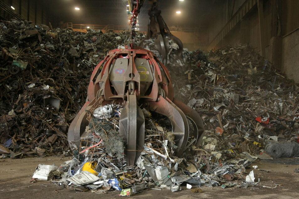 Aus Schrott wird im Riesaer Stahlwerk Baustahl gefertigt - allerdings gibt es auf dem Markt Versorgungsengpässe.