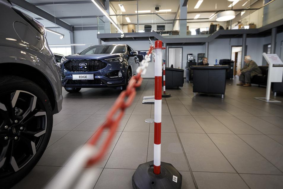 Getrennte Welt auch im Autohaus Arndt in Görlitz. Während der Werkstattbereich noch offen ist, ruht der Autoverkauf nebenan. Nur telefonische Beratung ist möglich.