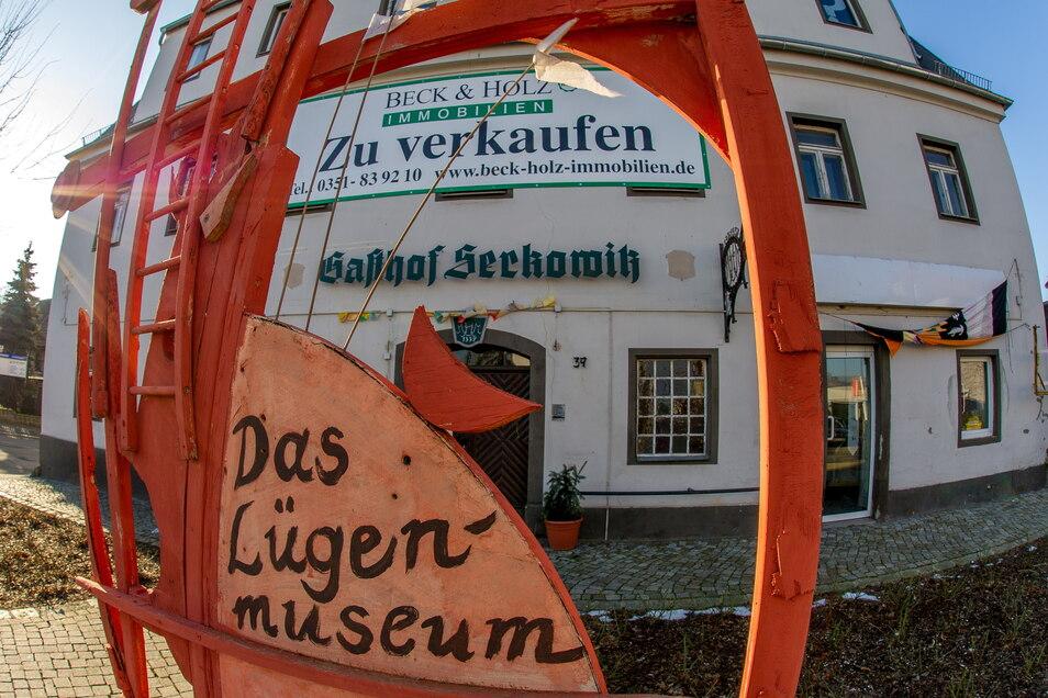 Der Gasthof Serkowitz stand bereits im Jahr 2014 zum Verkauf, wie das Archivfoto zeigt. Im Jahr 1337 erstmals urkundlich erwähnt, wird dort schon seit einiger Zeit kein Bier mehr ausgeschenkt. Seit neun Jahren hat das Lügenmuseum sein Domizil in dem Geb