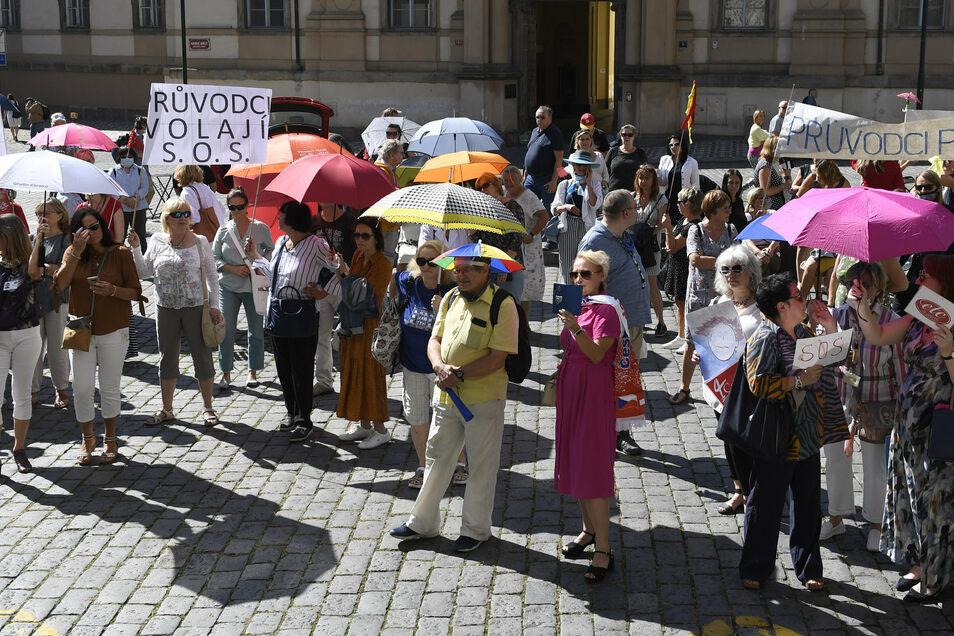 Fremdenführer demonstrieren vor dem Rathaus für bessere soziale Absicherung während der Corona-Pandemie.