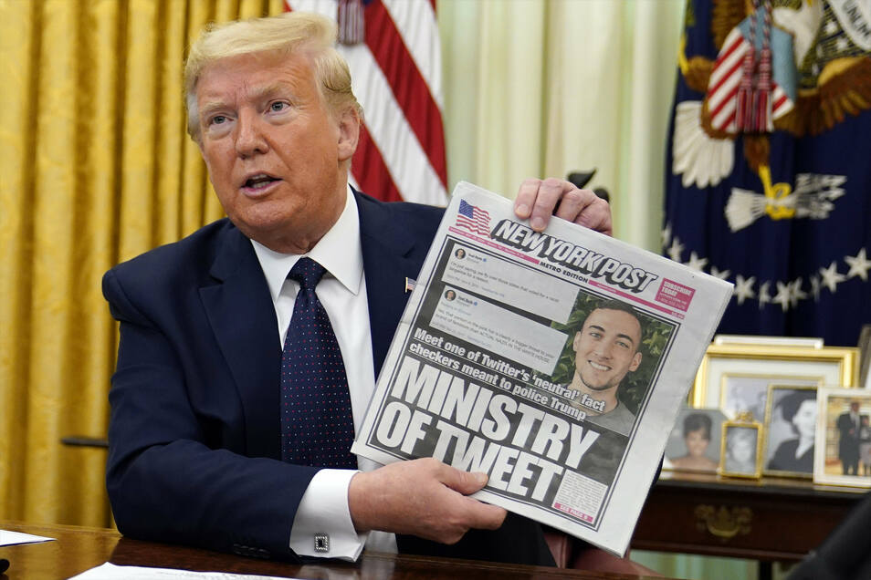 """Donald Trump, Präsident der USA, zeigt im Oval Office das Titelblatt des «New York Post» mit dem Titel """"Ministry of Tweet"""" (Ministerium des Tweets), bevor er eine Verfügung gegen den rechtlichen Schutz sozialer Netzwerke unterschreibt."""