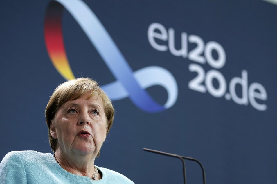 Bundeskanzlerin Angela Merkel spricht während einer Pressekonferenz im Bundeskanzleramt im Anschluss an eine Videokonferenz des Europäischen Rates zu Medienvertretern.