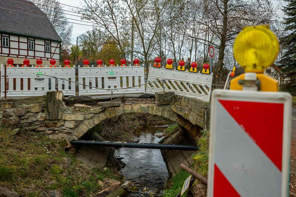 Die Brücke am Dorfbach 3 in Reichstädt wurde beim Hochwasser 2013 beschädigt. Nun wird sie repariert.