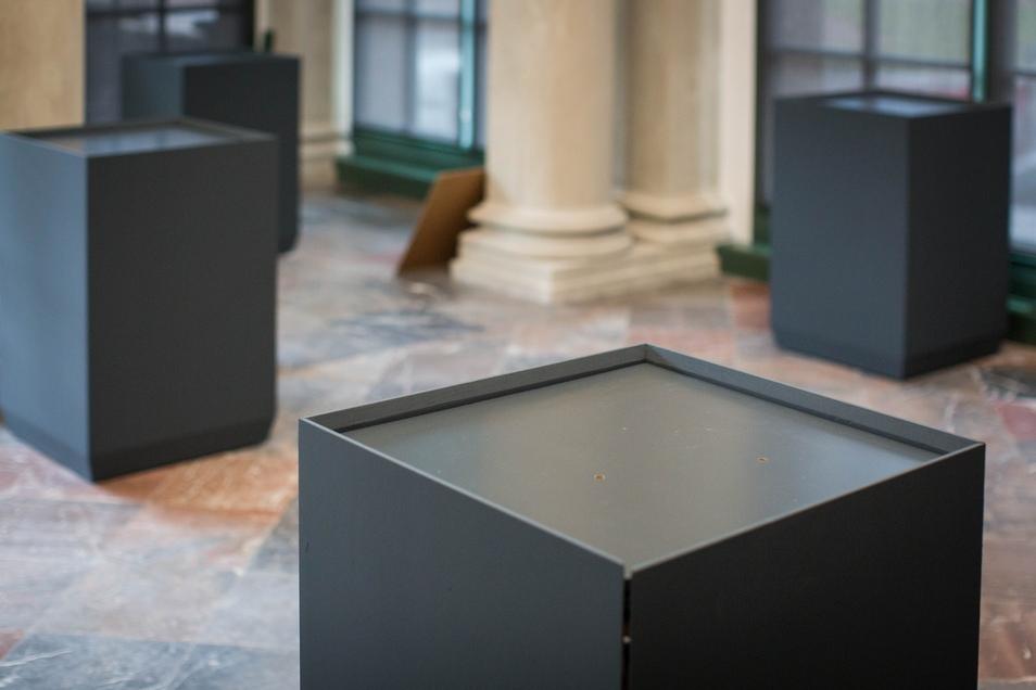 Auf diese Konsolen kommen Ausstellungsstücke, die mit dem Besucher plaudern.