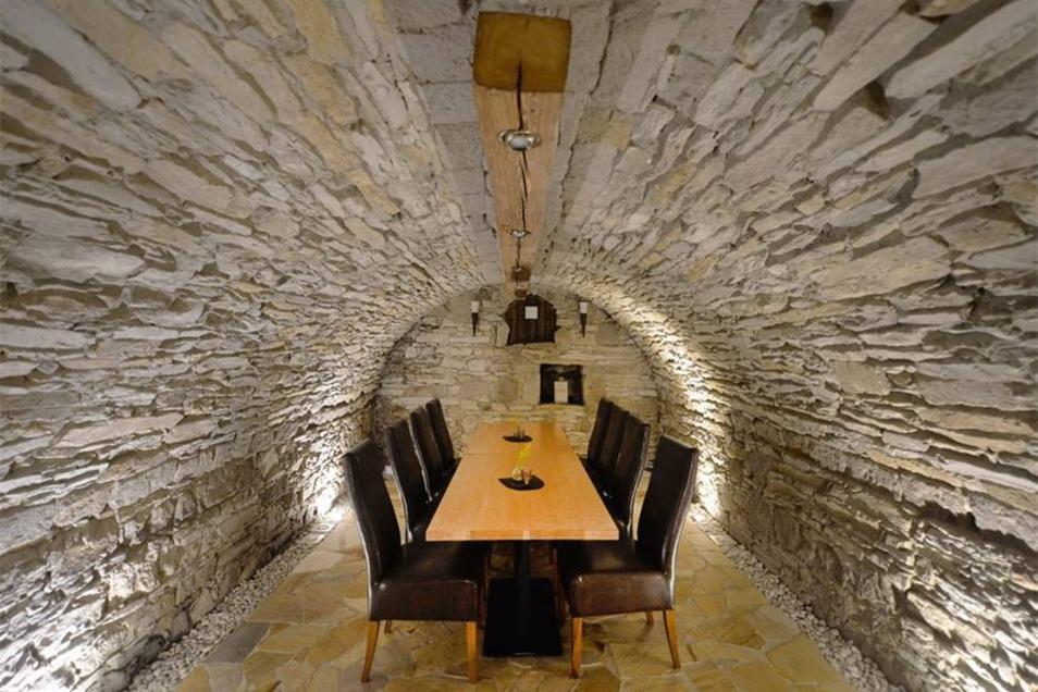Unterirdisch ein echter Ratskeller: Hier gibt es zwei Gewölbe mit über 30 Plätzen, außerdem das Weinlager.