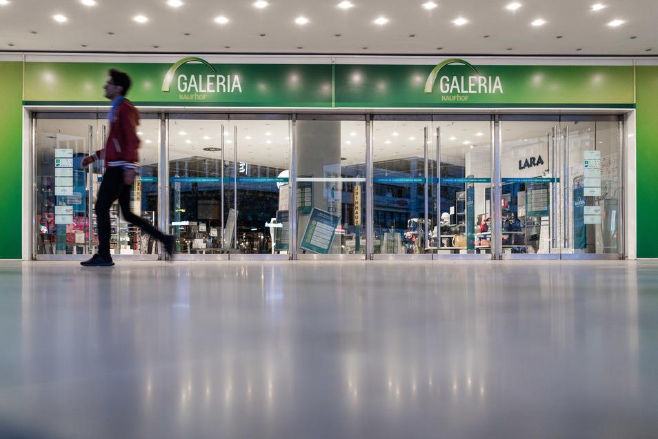 Ein Mann geht an einem Galeria-Warenhaus vorbei.