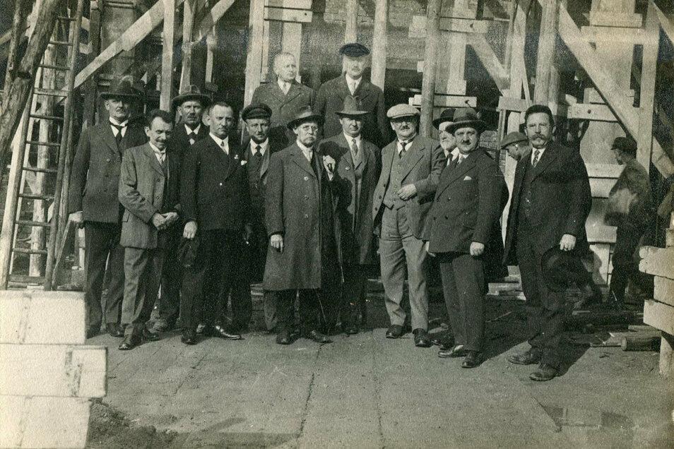 Die Fertigstellung des Meißner Krematoriums schritt nach der Grundsteinlegung im Herbst 1930 zügig voran. Das Bild zeigt das Richtfest. Bereits 1931 konnten erste Probe-Einäscherungen vorgenommen werden. Die Feierhalle des Baus gestaltete der bedeutende M