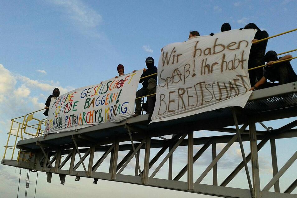 Kohle-Gegner besetzen einen Bagger des Tagebaus Vereinigtes Schleenhain in der Nähe von Leipzig.