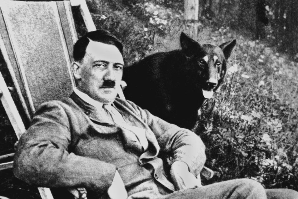 Adolf Hitler mit seinem Hund