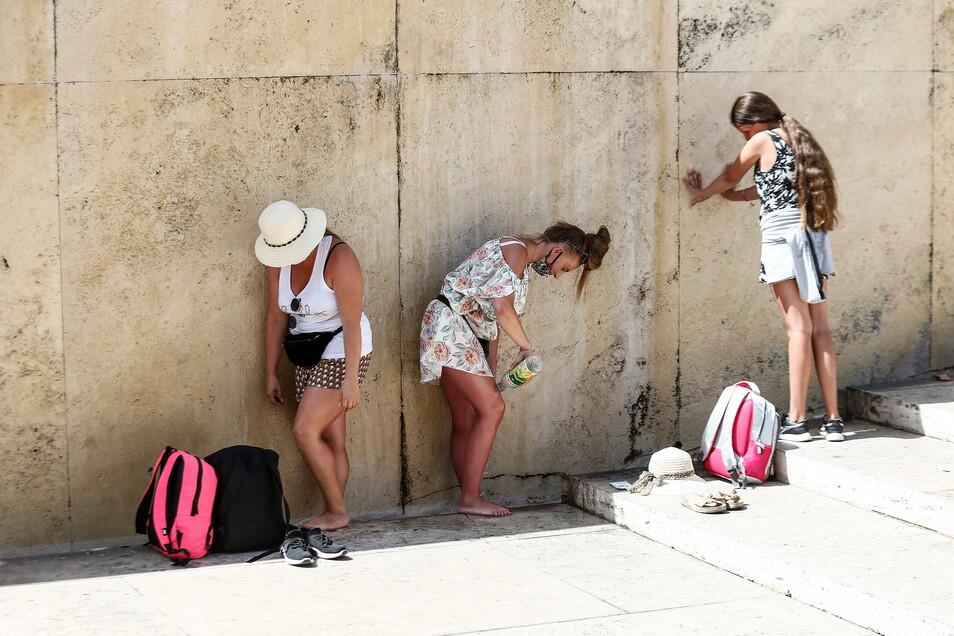 Touristen kühlen sich am Trevi-Brunnen in Rom ab. Das vergangene Jahr war für Europa das wärmste seit Beginn der Aufzeichnungen.