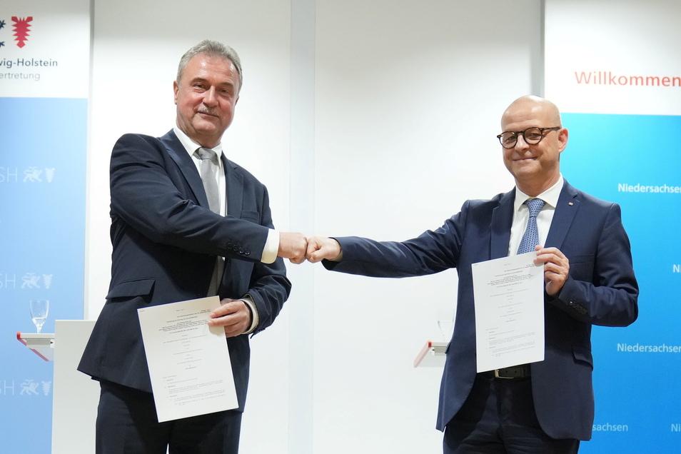 Bahn-Personalvorstand Martin Seiler (r.) und GDL-Chef Claus Weselsky bei einer Pressekonferenz L zur Einigung im Tarifkonflikt.