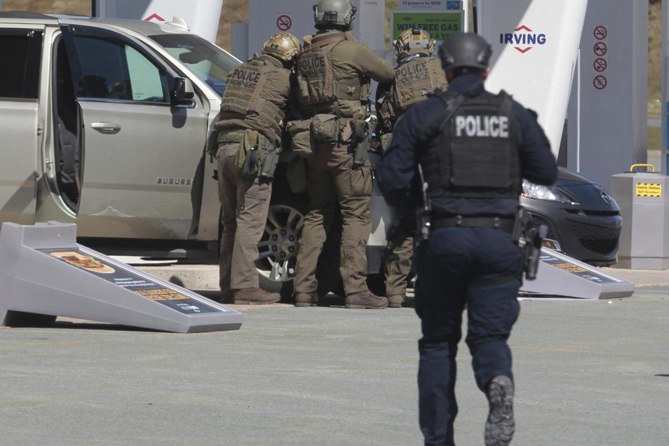 Beamte der Royal Canadian Mounted Police bereiten sich darauf vor, den Verdächtigen in Gewahrsam zu nehmen.