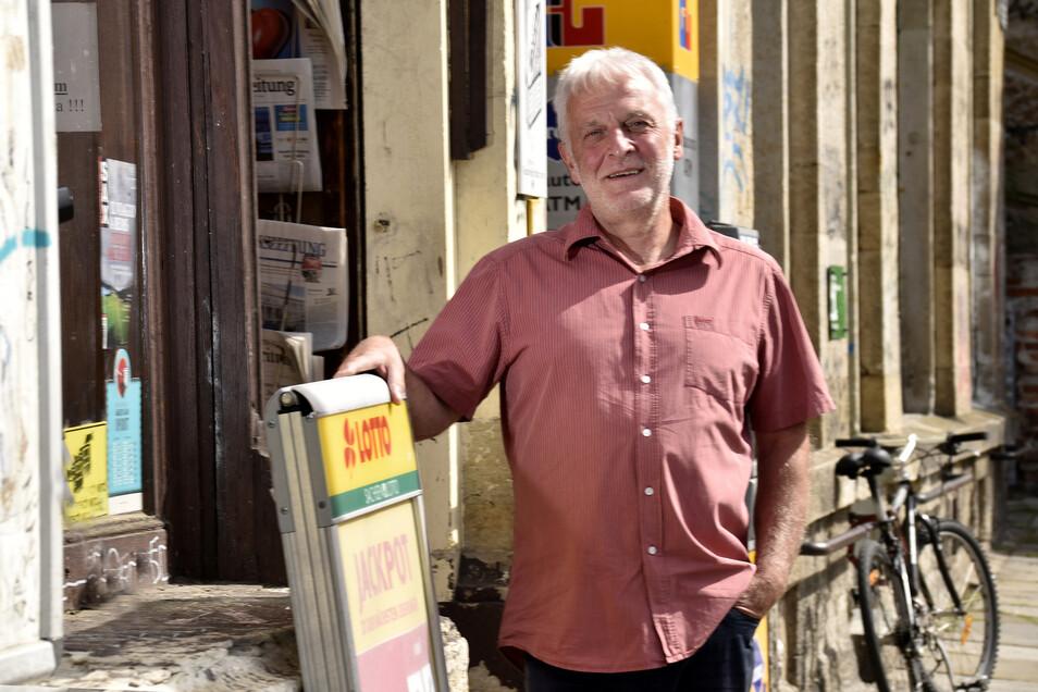 Hans-Jürgen Zickler vor dem Geschäft seiner Frau. Es gab mehrere Anschläge auf den Laden.