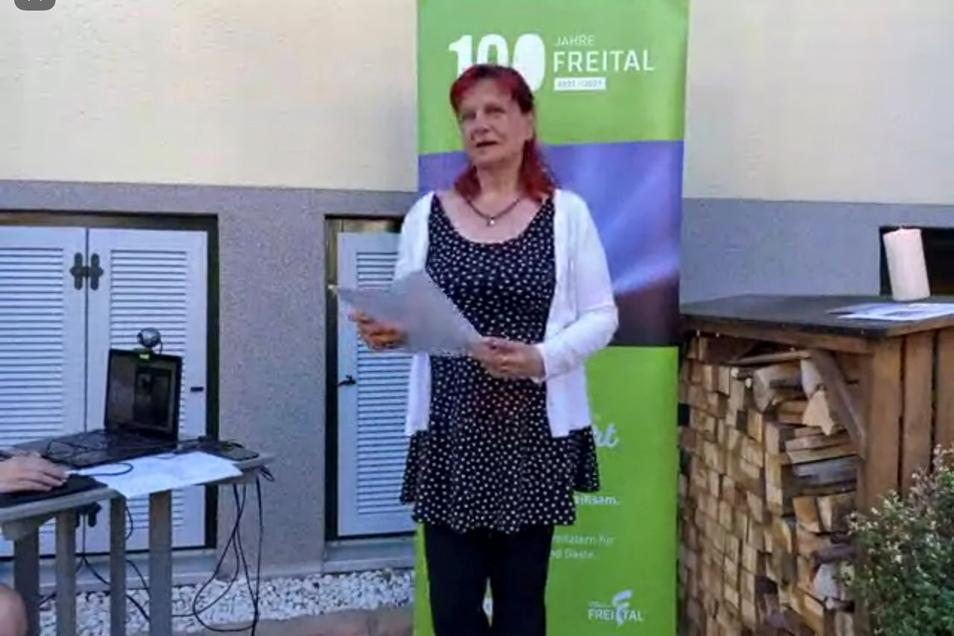 Freitals Gleichstellungsbeauftragte Jona Hildebrandt-Fischer begrüßt die Gäste der Online-Lesung.