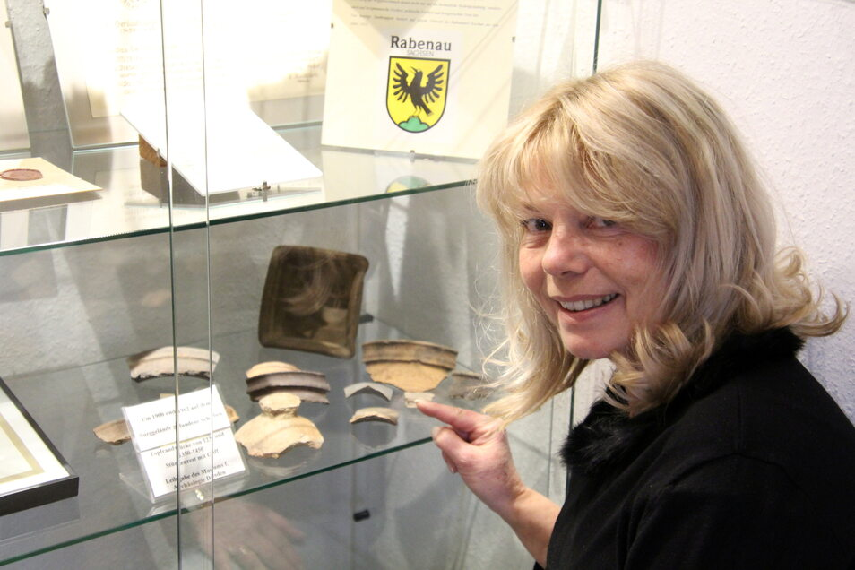 Museumsleiterin Daniela Simon zeigt die Scherbenfunde aus dem Burgareal.