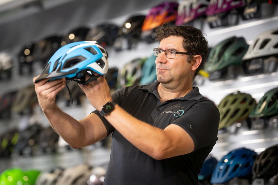 Hauptsache auffällig: Andreas Krause zeigt einen Fahrradhelm. Neonfarben und windschnittiges Design sind gefragt bei seinen Kunden.