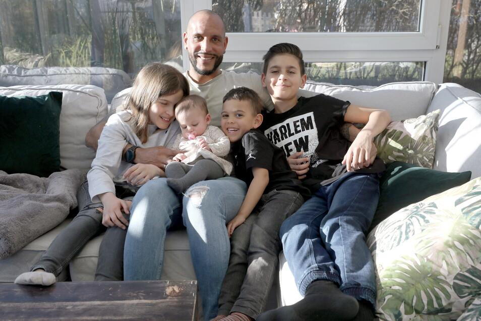 Ex-Dynamo-Profi Dexter Langen mit seinen vier Kindern: Tochter Meena ist fünf Monate alt, Sohn Younes (r.) zwölf, Tochter Noelie (l.) neun und Sohn Joshua vier. Fotos: dpa/Bernd Wuestneck