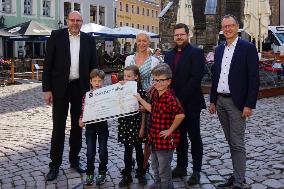 Das Preisgeld für die Sieger überreichte die Meißener Stadtwerke GmbH und für das zweite und dritte Treppchen die Stadt Meißen.