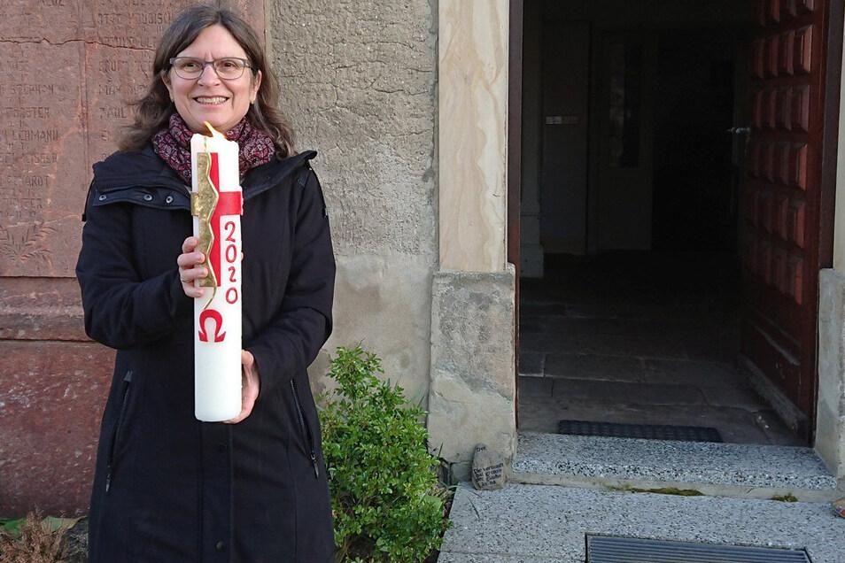 Die Lampertswalder Pfarrerin Annette Waffenschmidt mit der Osterkerze, die durch den Ort getragen wurde.