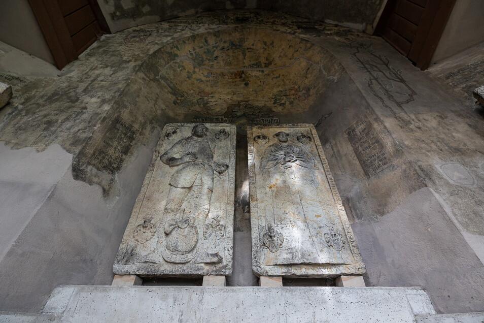 Die Grabplatten der Familie Zeutzsch bilden den Mittelpunkt der Denkmalhalle. Die Zeutzschs gehören zur Ahnenreihe der Zarin Katharina II. von Russland.