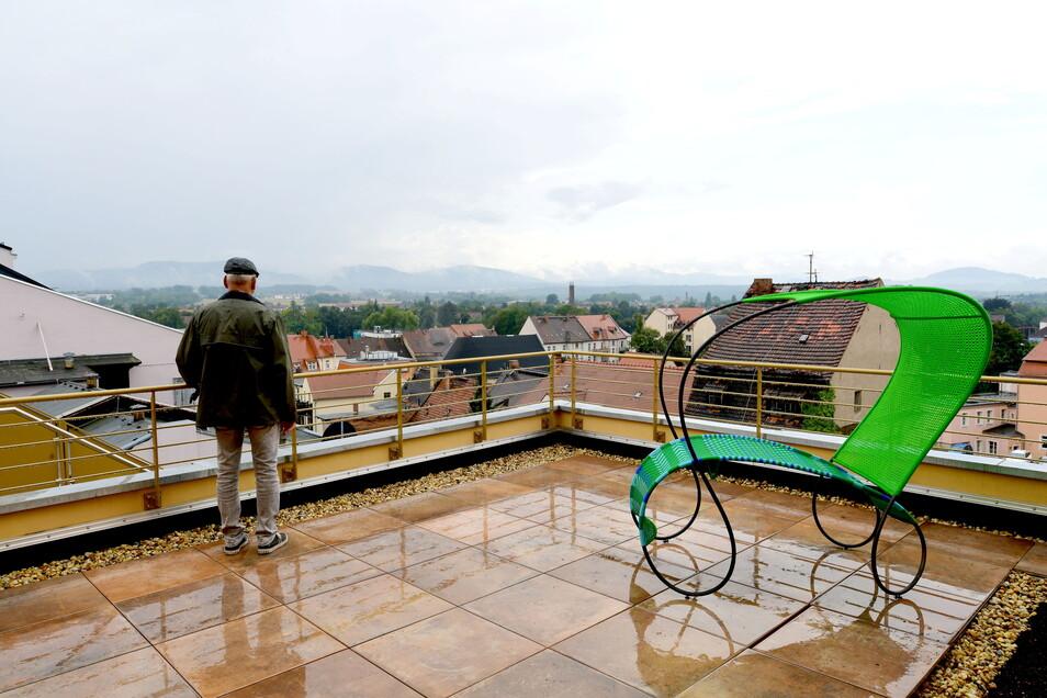 Von der Terrasse öffnet sich der Blick über die Stadt Zittau und ins Gebirge.