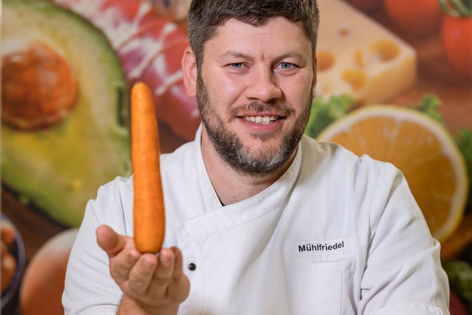 Geht doch: André Mühlfriedel kocht in der Rehaklinik in Altenberg frisch mit regionalen Produkten. Das schmeckt auch den Patienten besser.